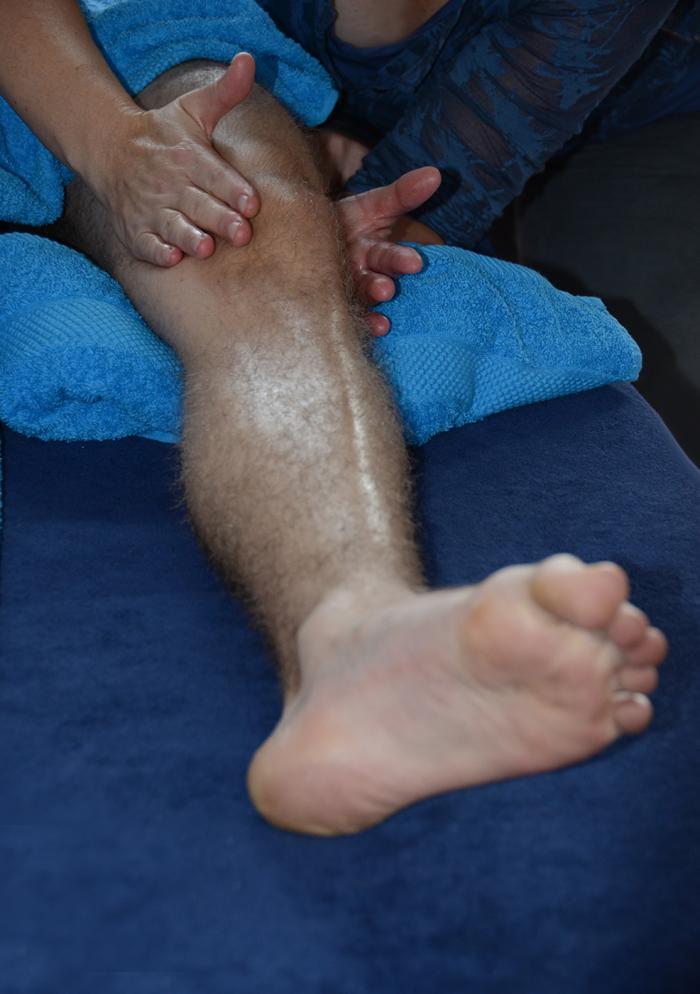knie massage bij bovenbeen